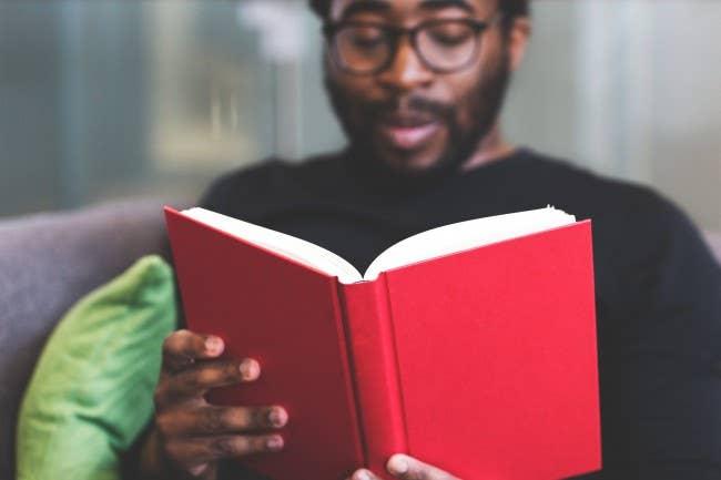 Человек читает в одиночестве |  продолжая образование